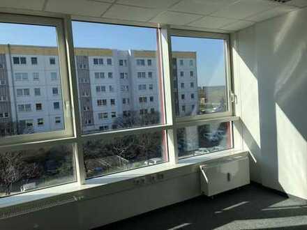 Helles 1-Zimmer Büro- oder Praxisfläche in Hellersdorf, direkt an der U5!