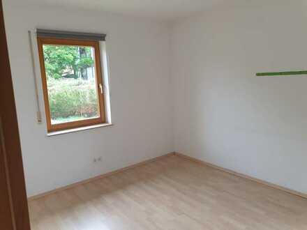 2 Zimmer im Erdgeschoss, gemeinsames Wohnzimmer und Bad. Parkplatz und Garten vorhanden
