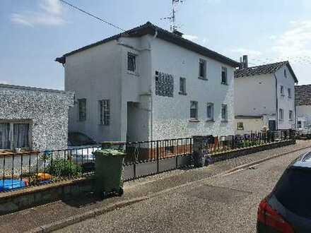 Gepflegte 4-Zimmer-DG-Wohnung mit Balkon und EBK in Hattersheim am Main