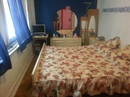 Schönes Zimmer für eine Einzelperson
