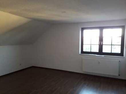 Renovierte, helle Dachgeschoss-Wohnung 63 m² über zwei Ebenen in gepflegtem 6-Familienhaus