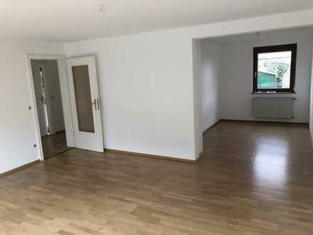 renovierte, sonnige 2,5 Zimmer Wohnung mit Garten und Garage