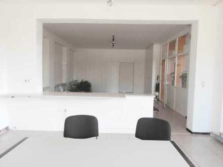 Büroräume mit Lagerflächen und Rampe in Geisenfeld