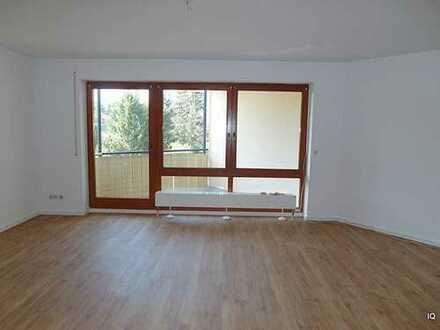 Ruhige 1-Zimmer-Wohnung im 1.OG mit Balkon, offener Küche, Badewanne & PKW-Stellplatz