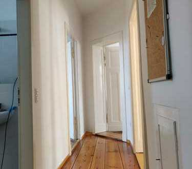 Schönes, großes Zimmer in renovierter Altbauwohnung