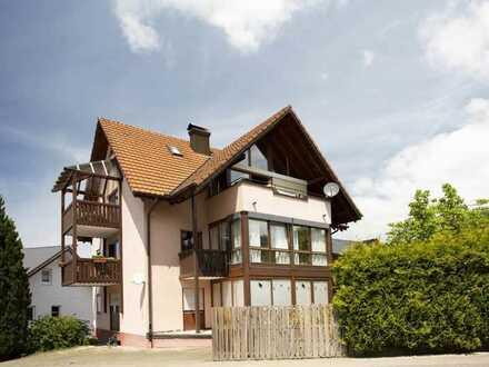 Angenehm offen gestaltete 3-Zi. Wohnung mit 3 Balkonen und Kaminofen im Herzen von Kandern
