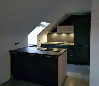 Erstbezug nach Sanierung: schöne 3-Zimmer-DG-Wohnung mit Einbauküche in Neuss