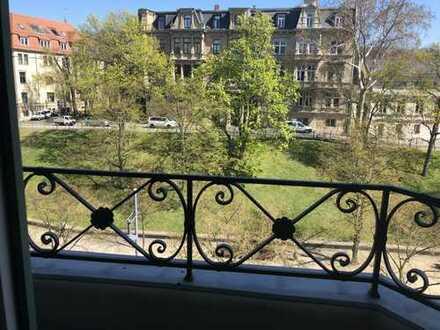 Höll-Immobilien vermietet sehr grosszüge 5-Raumwohnung im Hansering mit Balkon und Fahrstuhl.