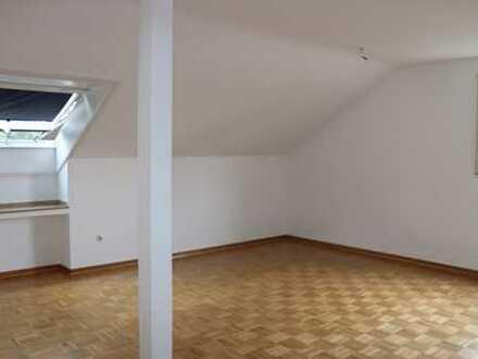 schöne helle sanierte Dachgeschosswohnung