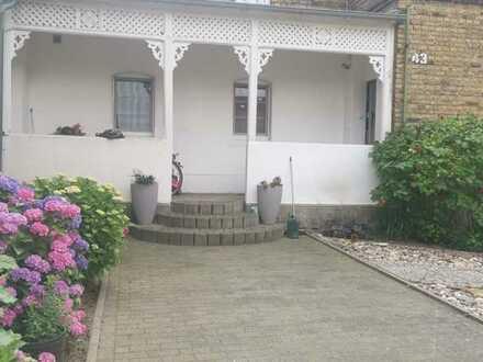 Schöne 5 Zimmer Wohnung mit eigenem Garten und eigenem Eingang.