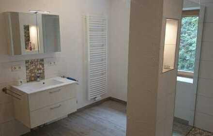 Neuwertige 4-Zimmer-Wohnung, 2 Bäder, Kamin, Balkon und EBK in Herdorf