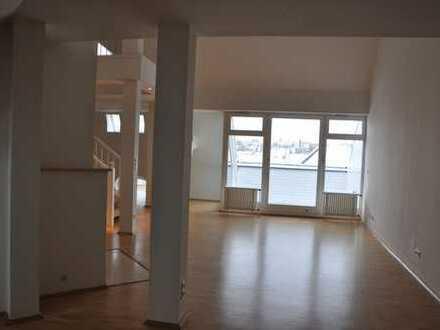 Lichtdurchflutete 3 Zimmer-DG-Wohnung Mommsenstr. mit großem Wohn- / Essbereich und Dachterrasse