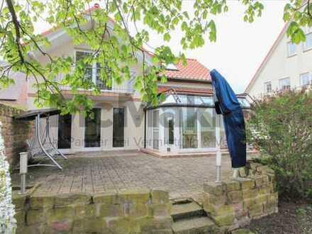 Straßenheimer Hof: Elegantes EFH mit weitläufigem Garten vor den Toren Mannheims