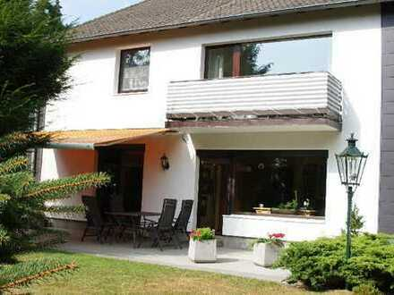 Eller: Traumhafte EG-Wohnung mit 2 Bädern, EBK, Terrasse, ca. 600m² Garten, Einzelgarage: Top!!!