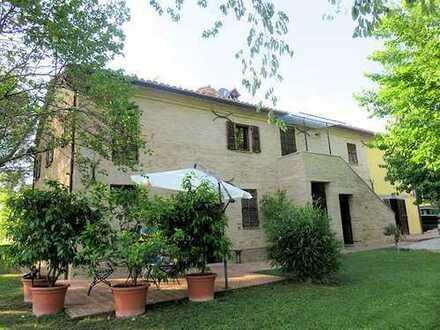 Große Landhausvilla, wunderschön renoviert, mit zwei Nebengebäuden und in ruhiger Panoramalage