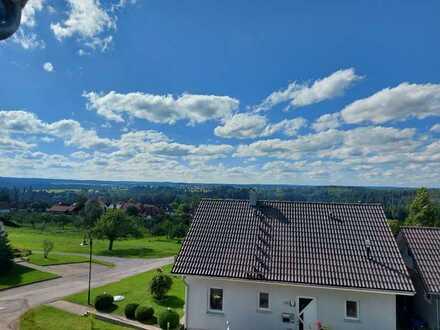 Erstbezug mit Einbauküche und Balkon: freundliche 3-Zimmer-Maisonette-Wohnung in Pfalzgrafenweiler