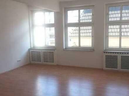 Helle, renovierte 2 Zimmer-Wohnung mit Gäste-WC und Arbeitsbereich mitten in der City!!!