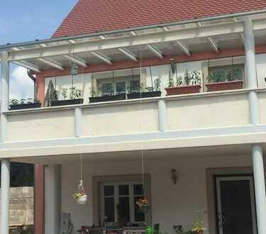 Neuwertige 3-Zimmer-Wohnung mit DHH-Charme mit Terrasse und Balkon in Schiltberg