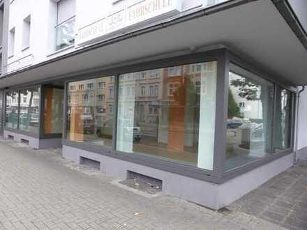 Attraktiver Eckladen mit großer Schaufensteranlage in 2016 energetisch modernisiertem Haus - LAMBOY