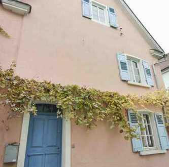 Schnucklig schönes Haus mit Vogelskulptur auf dem Dach in Worms Herrnsheim
