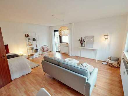 Geschmackvolle Hochparterre-Wohnung mit 1,5 Zimmern sowie Balkon und Einbauküche