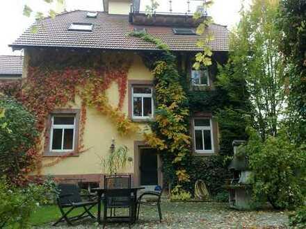 Besonderes Landhaus m. 3 Topwohnungen, Terrassen, kinderfreundl. Innenhof m Garten u Bach, v privat
