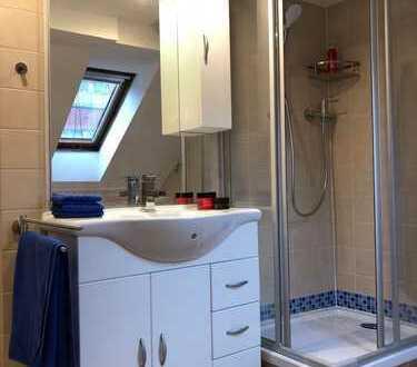 Stilvolle, vollständig renovierte 2,5-Zimmer-DG-Wohnung mit Einbauküche in Düsseldorf