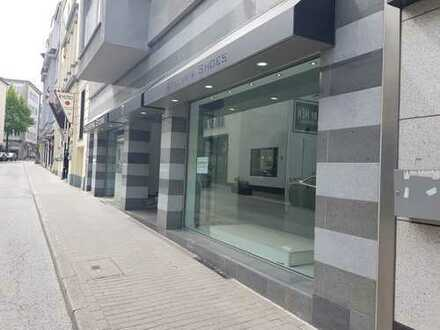 Modernes Ladenlokal mit großer Schaufensterfront