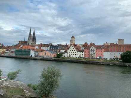 Stilvolle, gepflegte 2-Zimmer-DG-Wohnung mit Einbauküche im Stadtzentrum von Regensburg