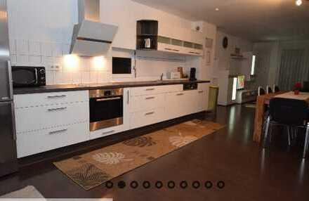 Stilvolle, neuwertige 3,5-Zimmer-Maisonette-Wohnung mit Balkon und EBK in Ludwigsburg (Kreis)