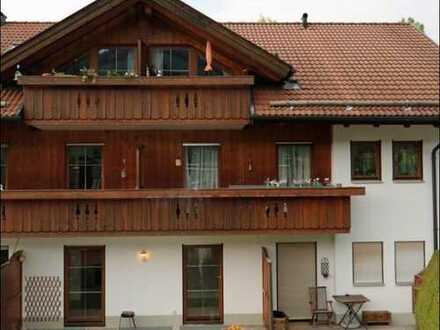 Attraktive, gepflegte 2-Zimmer-Erdgeschosswohnung/Souterrain mit Terrasse und Ebk in Bad Kohlgrub