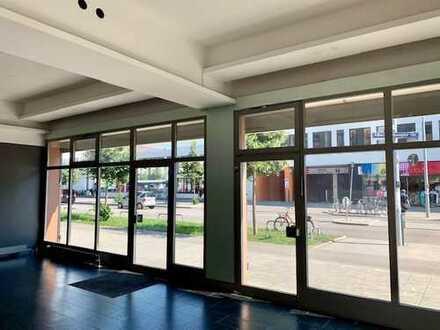 Eckladen mit großer Schaufensterfront in zentraler Lage