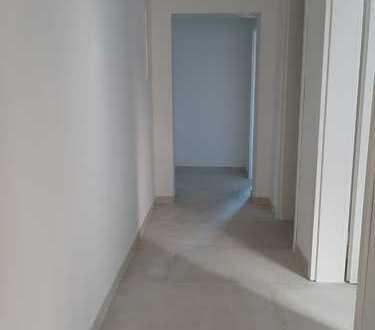 Attraktive komplett sanierte 4 Zimmerwohnung mit Küche, Bad sowie separatem eigenem Eingang.