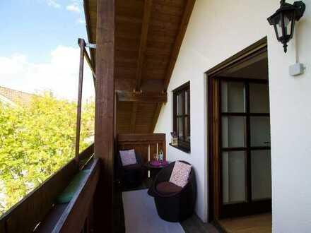 Helle Wohnung mit super Schnitt, großer Küche und Sichtdachstuhl – Traumbalkon mit Isenblick