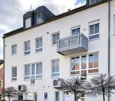 Zentrale/ helle Dachgeschosswohnung mit EBK und Aufzug in Günzburg