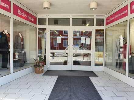 Zentral: Gepflegte, erdgeschoßige Gewerbeeinheit mit Schaufensterfronten, Garage + Kellerraum!