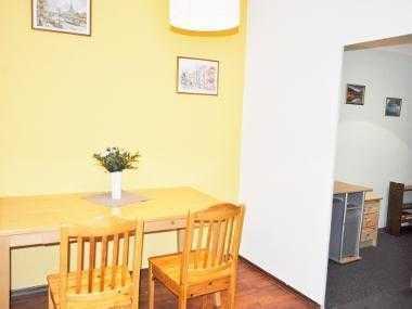 Biete kleines, möbiliertes Zimmer in einer 3 Z- Wohnung
