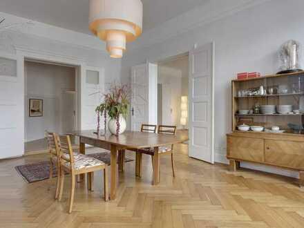 Großzügige, stilvolle Altbauwohnung mit Einbauküche, 2 Bädern, 2 Balkonen und Lift