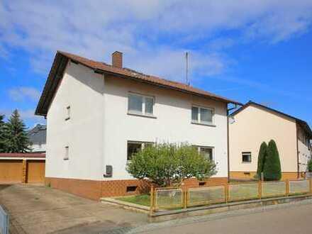 Gepflegtes, älteres 2-Familienhaus mit Doppelgarage und großem Gartengrundstück.