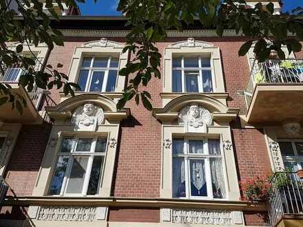 Schöne, helle und großzügig geschnittene 2 Zimmer Wohnung mit Balkon und EBK