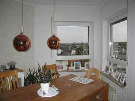 Sonnenhelle, gepflegte Drei-Zimmer-Eigentumswohnung mit Loggia und PKW-Stellplatz.