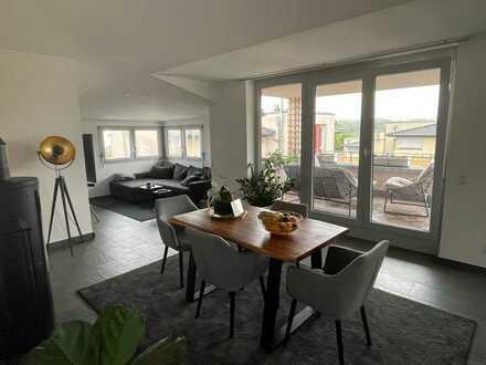 Stilvolle 4-Zimmer-Dachgeschosswohnung mit Balkon und Einbauküche in Leonberg
