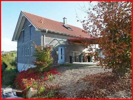 Lebensqualität und Natur unter einem Dach! Ökologisch gebautes Niedrigenergie-Holzhaus mit Carport