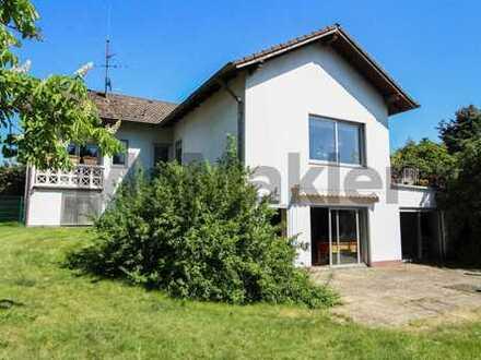 Stilvolles, gepflegtes Familienidyll: Großes Anwesen mit 6-Zi.-EFH, 2 Terrassen & Balkon