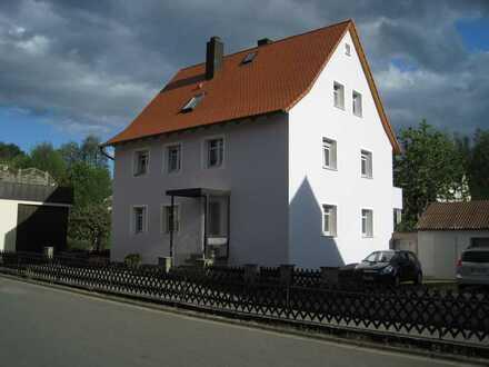Modernisierte DG-Wohnung mit drei Zimmern in Creußen