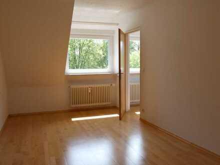 Gepflegte 2-Raum-DG-Wohnung mit Balkon und Einbaukücheauküche in Eislingen