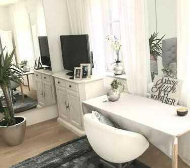 Geschmackvoll eingerichtetes Zimmer in großem Haus zu vermieten (35 min. mit S-Bahn bis München Hbf,