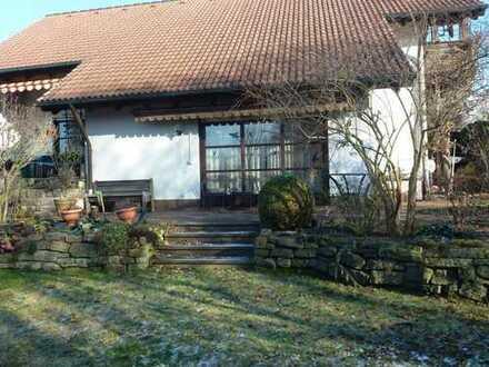 Großzügiges Galerie-Einfamilienhaus mit Einliegerwohnung in herrlicher Lage in Erlangen-Kriegenbrunn