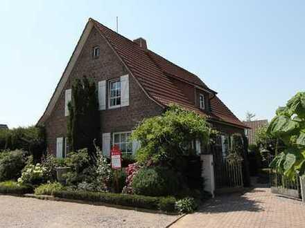 Einfamilienhaus mit Nebengebäude, Garage und schön angelegtem Garten