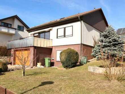 Renoviertes Einfamilienhaus mit EBK, Terrasse und Garten sowie einer großen Garage in Stammheim